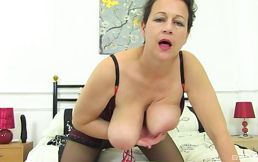 Mature amateur granny Eva Jayne gets naked and plays with her cunt