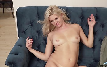 Horny blonde MILF Jessica Best moans while fingering her cunt