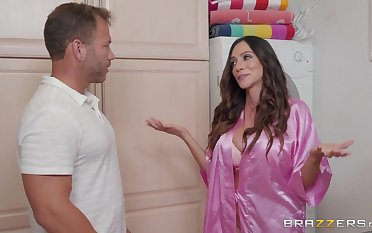 Ariella Ferrera loves when her lover cum above her heart of hearts after good sex